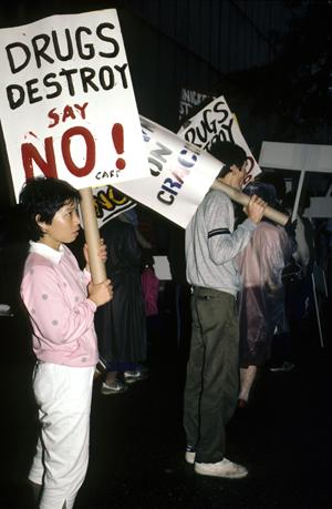 Los jóvenes hacen campaña contra las drogas en frente de las Naciones Unidas en Nueva York.