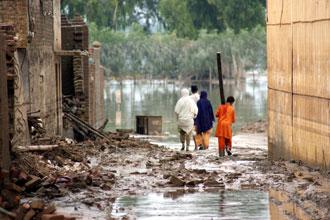 Las víctimas de la peor inundación que sacudió Pakistán en varios años caminando por las calles llenas de agua en la ciudad noroccidental de Nowshera. Las inundaciones causadas por las lluvias del monzón han cobrado hasta 1.400 vidas y afectó a 2,5 millones de personas.