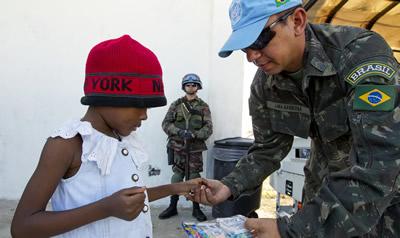 Niños reciben regalos. El personal de paz de las Naciones Unidas celebra la Navidad en un gran campo de desplazados en Puerto Príncipe, Haití.