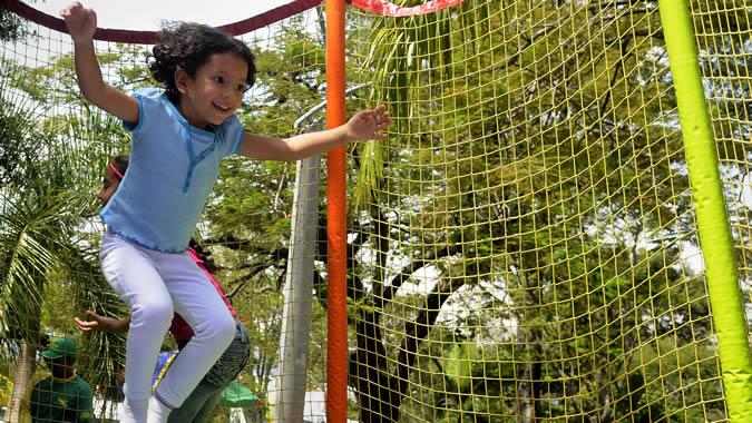 foto de una niña jugando.
