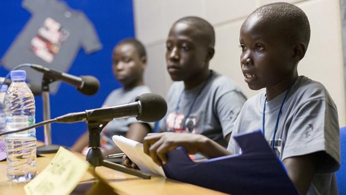 Foto de tres niños en el día Mundial de la Radio