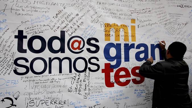 """Imagen de un cartel en el que se lee """"Tod@s somos migrantes""""."""