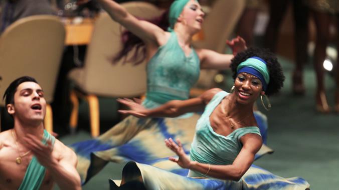 Foto de afrodescendientes bailando.