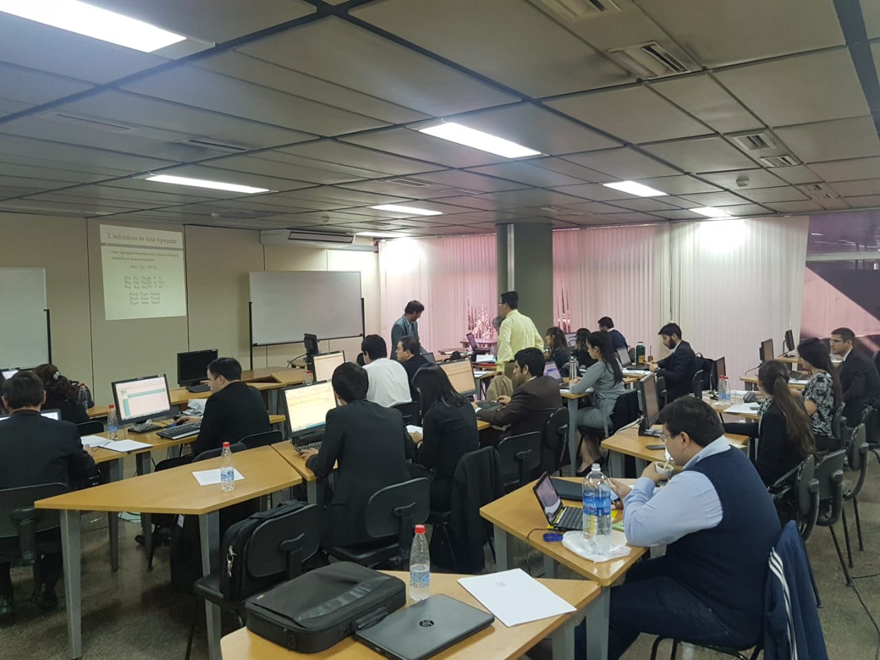 Participantes estudiando