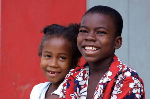 niña y niño afrodescendientes