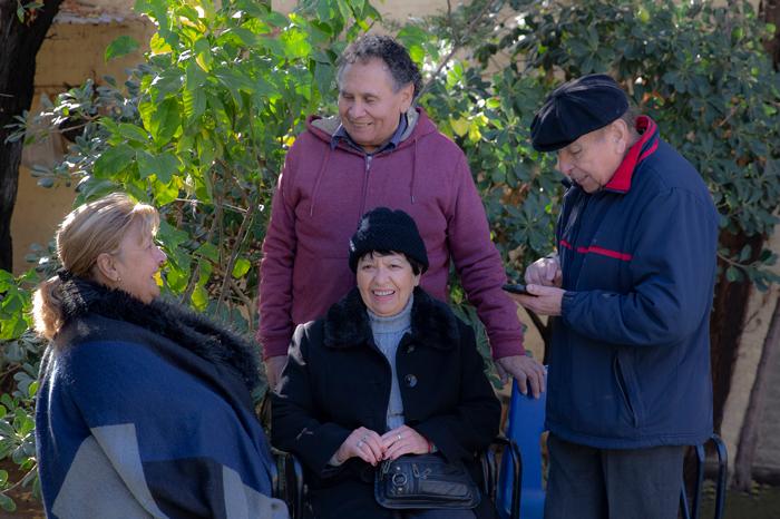 Cuatro adultos mayores conversando