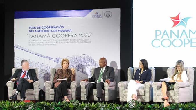El Secretario Ejecutivo Adjunto de la CEPAL, Antonio Prado, en un panel de Panamá coopera encabezado por la Vicepresidenta de Panamá Isabel Saint Malo