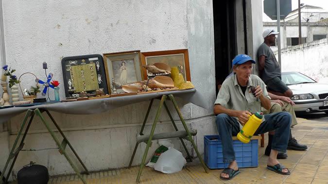 Imagen de un hombre tomando mate en una calle de Montevideo.