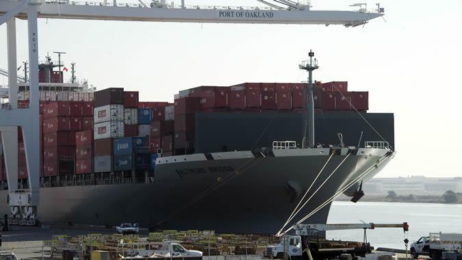 Vista de varios contenedores en el puerto de Oakland.