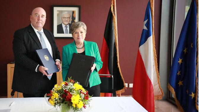 El Embajador de la República Federal de Alemania en Chile, Rolf Schulze, y la Secretaria Ejecutiva de la CEPAL, Alicia Bárcena.