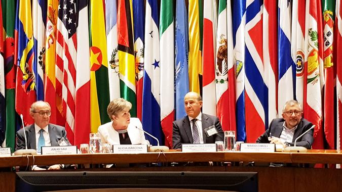 De izquierda a derecha: Julio Sau, Gerente del Fondo de Cultura Económica, Alicia, Bárcena, Secretaria Ejecutiva de la CEPAL; José Ramón López-Portillo; y Mario Cimoli, Secretario Ejecutivo Adjunto de la CEPAL.