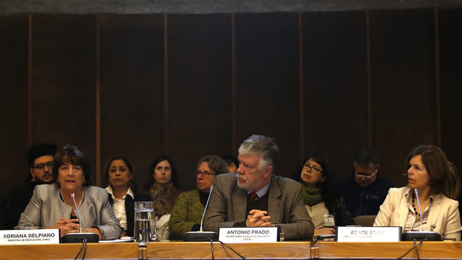De izquierda a derecha, la Ministra de Educación de Chile, Adriana Delpiano; el Secretario Ejecutivo Adjunto de la CEPAL, Antonio Prado y la Embajadora de Noruega en Chile, Beate Stirø.