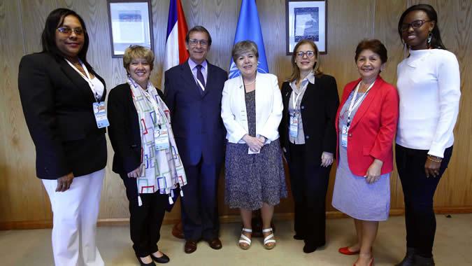 Alicia Bárcena junto a la delegación de Cuba.