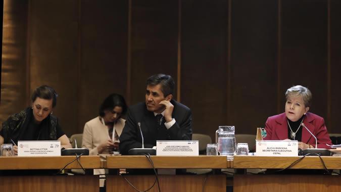 De derecha a izquierda, Alicia Bárcena, Secretaria Ejecutiva de la CEPAL; Juan José Gómez Camacho, Representante permanente de México ante la ONU y Bettina Etter, Representante de la Embajada de Suiza en Chile.