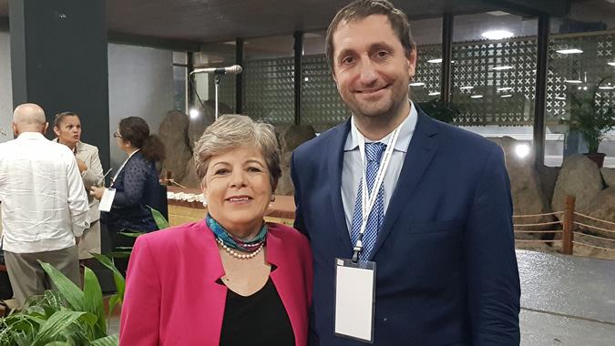 Alicia Bárcena, Secretaria Ejecutiva de la CEPAL, junto a Fernando Álvarez de Celis, del Ministerio del Interior, Obras Públicas y Vivienda de Argentina