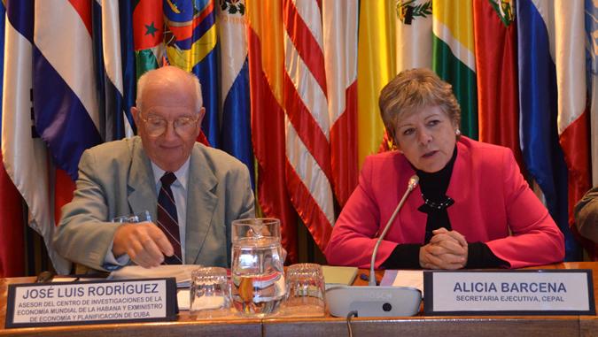 La Secretaria Ejecutiva de la CEPAL, Alicia Bárcena y el académico ypolítico cubano, José Luis Rodríguez García.