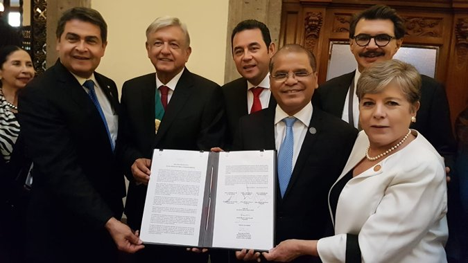 The presidents of Mexico, Andrés Manuel López Obrador; Guatemala, Jimmy Morales, and Honduras, Juan Orlando Hernández, and the Vicepresident of El Salvador, Óscar Samuel Ortiz, with the ECLAC's Executive Secretary, Alicia Bárcena.