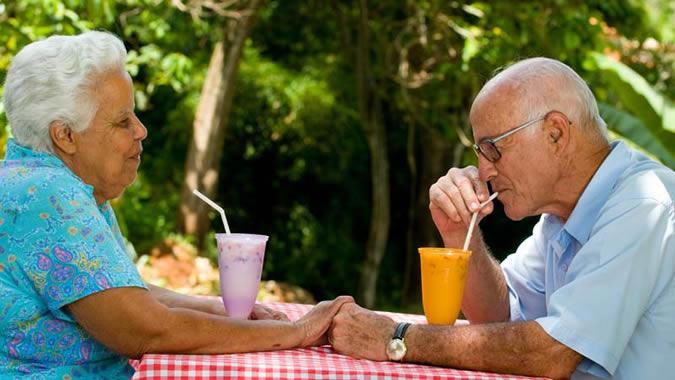 Foto de adultos mayores descansando