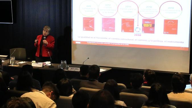 Alicia Bárcena, Secretaria Ejecutiva de la CEPAL, durante se presentación en el seminario de la Escuela de Verano de la CEPAL