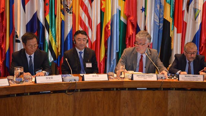 De izquierda a derecha, el Embajador de China en Chile, Li Baorong; Xu Zhijun, Secretario General Adjunto de la Municipalidad de Beijing; Antonio Prado, Secretario Ejecutivo Adjunto de la CEPAL y Mario Cimoli, Director de la División de Comercio internacional e integración de la CEPAL.