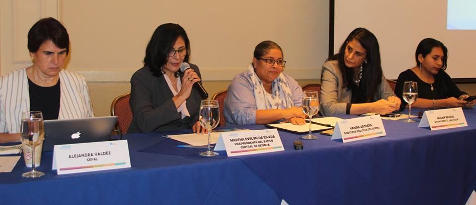 Participantes del foro sobre los costos de la violencia contra las mujeres