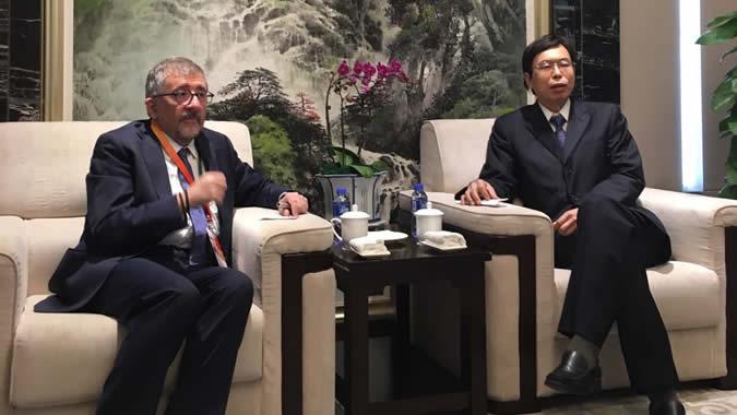 Mario Cimoli, Director de la División de Desarrollo Productivo y Empresarial y Oficial a Cargo de la División de Comercio Internacional e Integración de la CEPAL (a la izquierda), junto al Viceministro de Comercio de China, FANG Aiquing
