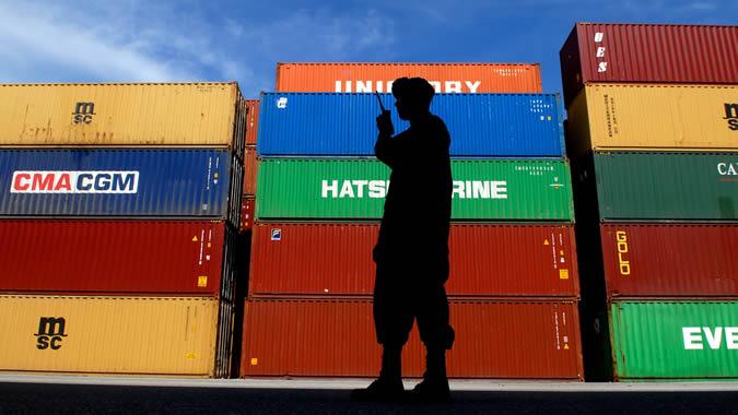 Foto de persona frente a unos contenedores