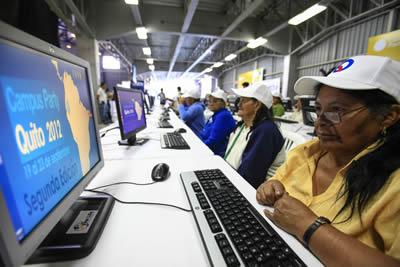 Mujer frente a computador