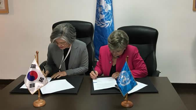 La Canciller de Corea, Kang Kyung-wha, y la Secretaria Ejecutiva de la CEPAL, Alicia Bárcena, durante la firma del convenio