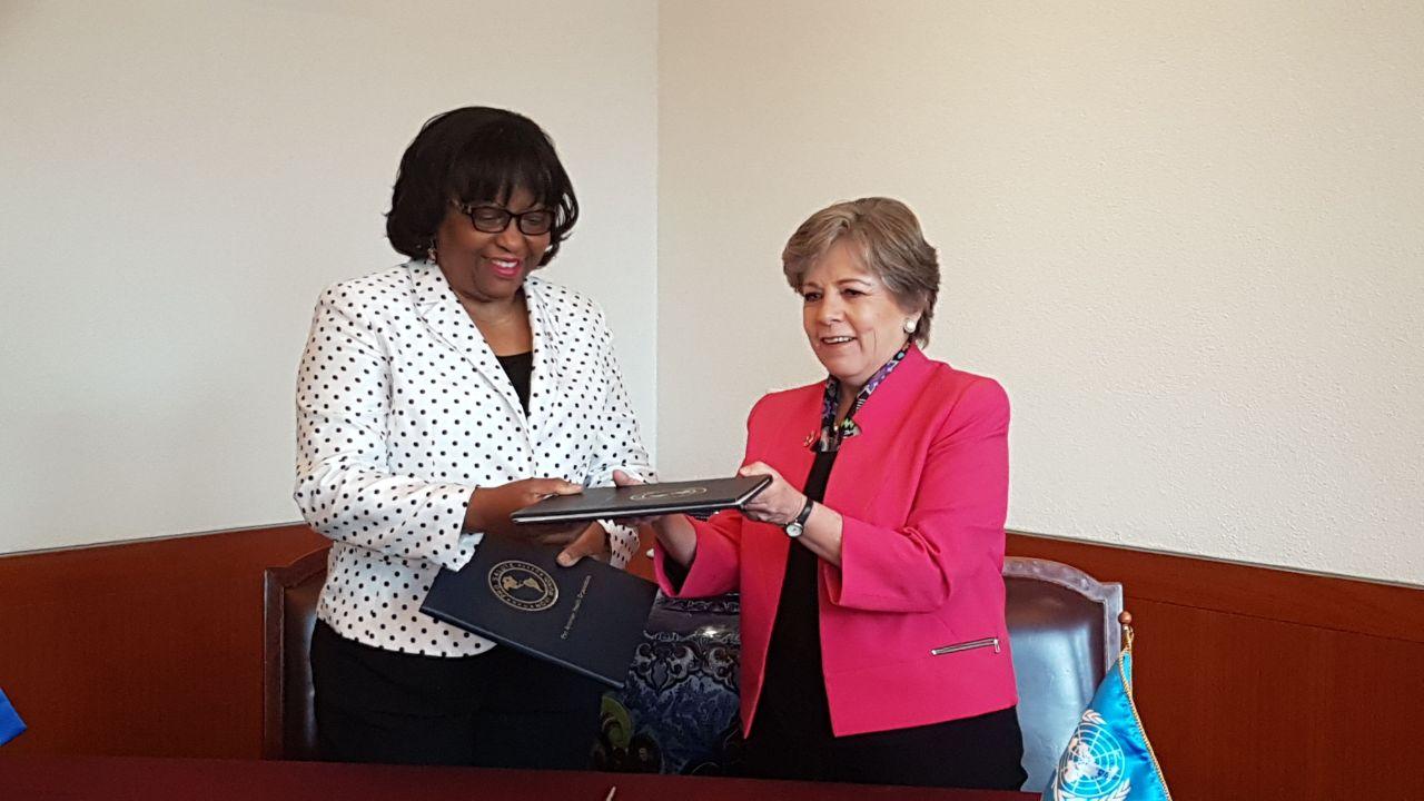Alicia Bárcena, Secretaria Ejecutiva de la CEPAL y Carissa F. Etienne, Directora de la Oficina Sanitaria Panamericana.