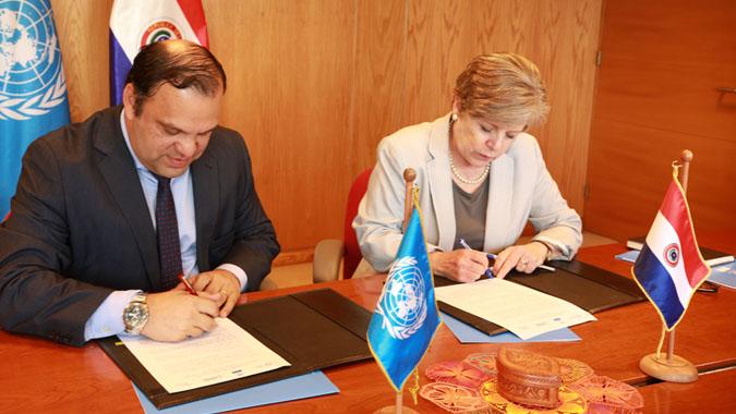 El Ministro de Desarrollo Social de Paraguay, Mario Varela, y la Secretaria Ejecutiva de la CEPAL, Alicia Bárcena, durante la firma del convenio