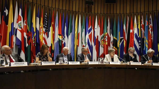 Participantes en la conferencia sobre el estado de la democracia en América Latina, realizada en la CEPAL