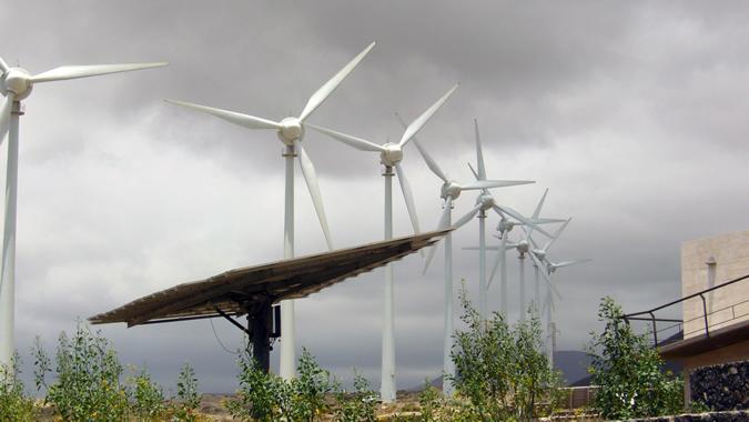 Imagen de paneles solares y molinos de viento.