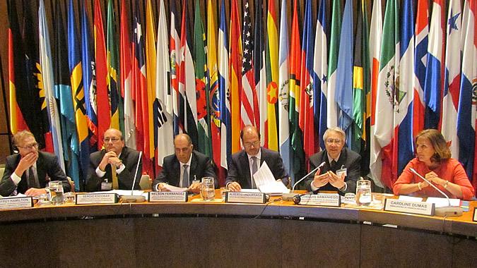 Representantes de la CEPAL, la Embajada de Francia en Chile, del Ministerio de Obras Públicas chileno y de la Intendencia de Montevideo, entre otras personalidades, durante la inauguración de la reunión.