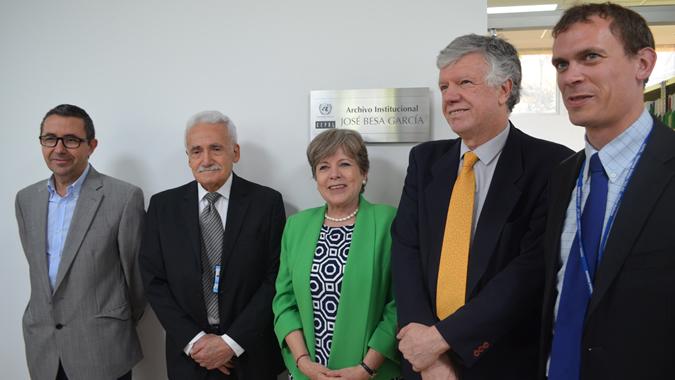 La Secretaria Ejecutiva de la CEPAL, Alicia Bárcena, junto a José Besa; el Secretario Ejecutivo Adjunto, Antonio Prado; Ricardo Pérez, Director de la División de Publicaciones y Wouter Schallier, Jefe de la Biblioteca.
