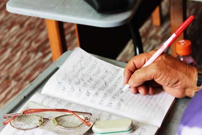 Persona escribiendo en un cuaderno