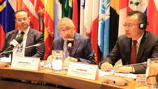 Mario Cimoli, Secretario Ejecutivo Adjunto de la CEPAL (al centro), junto a Luis Carranza, Presidente Ejecutivo de CAF (izquierda) y Yu Weiping, Viceministro del Ministerio de Finanzas de China.