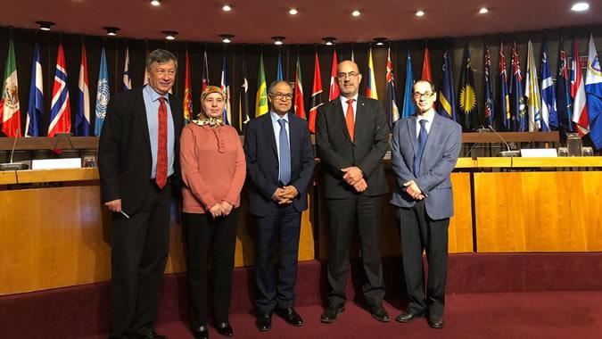 La conferencia magistral tuvo lugar en la sala Raúl Prebisch de la sede de la CEPAL en Santiago, Chile.