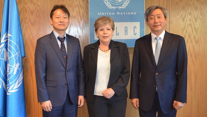 Alicia Bárcena, Secretaria Ejecutiva de la CEPAL (al centro), junto con el Director de la División de Cooperación para América Latina y el Caribe del Ministerio de Relaciones Exteriores de la República de Corea (izq), Kim Chan-woo, y el Embajador de la República de Corea en Chile, Ji-eun Yu.