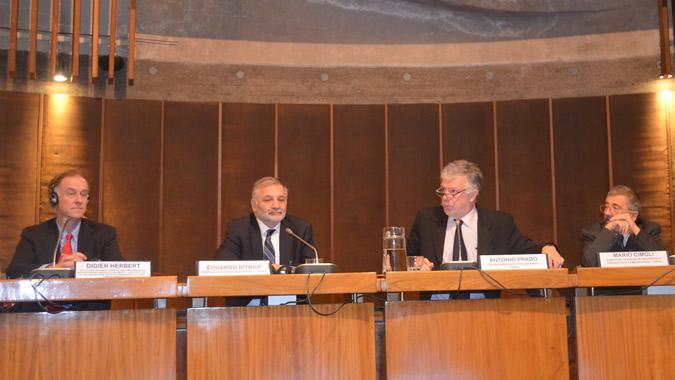 De izquierda a derecha, Didier Herbert, representante de la Comisión Europea, Eduardo Bitrán, Vicepresidente Ejecutivo de Corfo, Chile, Antonio Prado, Secretario Ejecutivo Adjunto de la CEPAL, y Mario Cimoli, Director de la División de Desarrollo Productivo y Empresarial del mismo organismo.