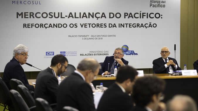 Mario Cimoli, Secretario Ejecutivo Adjunto a.i. de la CEPAL (al centro), durante su presentación en el seminario realizado en Brasilia.