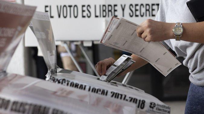 Imagen de votos y una urna en el marco de las elecciones en México.