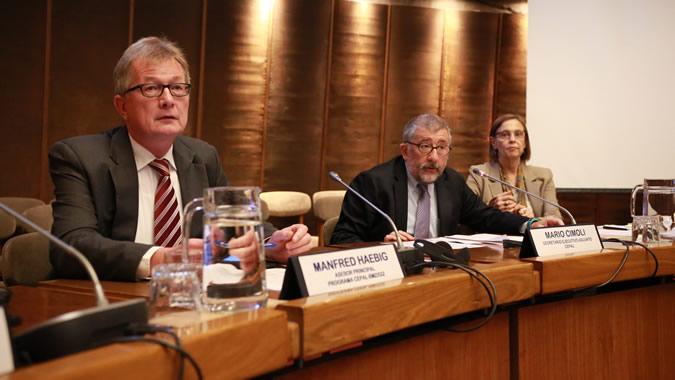 De izquierda a derecha: Manfred Haebig, representante de la agencia de cooperación alemana GIZ; Mario Cimoli, Secretario Ejecutivo Adjunto de la CEPAL; y Laís Abramo, Directora de la División de Desarrollo Social de la CEPAL.