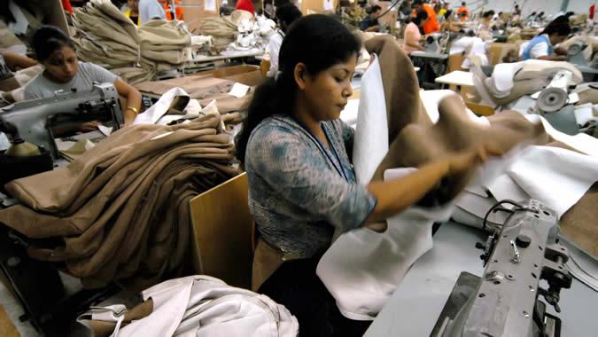 foto de una mujer trabajando en una fábrica