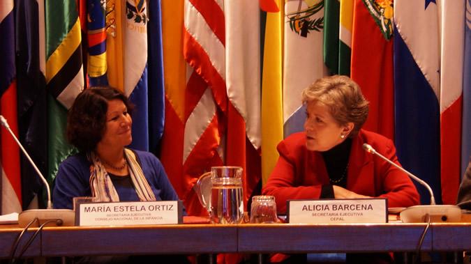 María Estela Ortiz, Secretaria Ejecutiva del Consejo Nacional de la Infancia (izq), y Alicia Bárcena, Secretaria Ejecutiva de la CEPAL, durante la presentación del sistema SIENA.