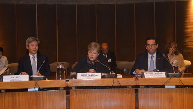 De izquierda a derecha, Ji-eun Yu, Embajador de la República de Corea en Chile, Alicia Bárcena, Secretaria Ejecutiva de la CEPAL, y César Dargam, Viceministro de Relaciones Exteriores de República Dominicana, en su calidad de Presidente Pro Témpore de la Comunidad de Estados Latinoamericanos y Caribeños (CELAC).
