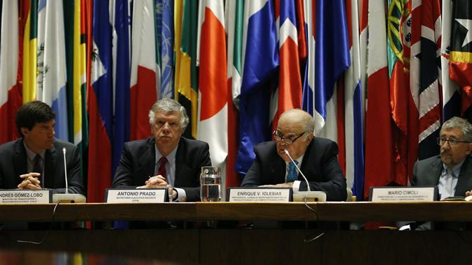 De izquierda a derecha, Andrés Gómez-Lobo, Ministro de Transportes y Telecomunicaciones de Chile; Antonio Prado, Secretario Ejecutivo Adjunto de la CEPAL; Enrique V. Iglesias, Presidente del CIPC; y Mario Cimoli, Director de la División de Desarrollo Productivo y Empresarial de la CEPAL.