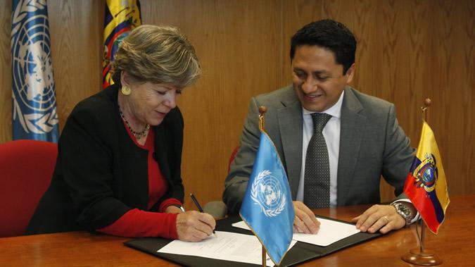 La Secretaria Ejecutiva de la CEPAL, Alicia Bárcena, durante la firma de un memorándum de entendimiento con el Ministro Coordinador de Sectores Estratégicos de Ecuador, Rafael Poveda.