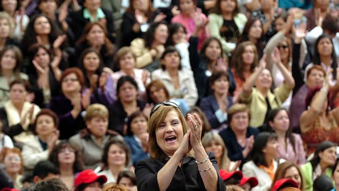 Mujeres aplauden durante un mitin electoral.