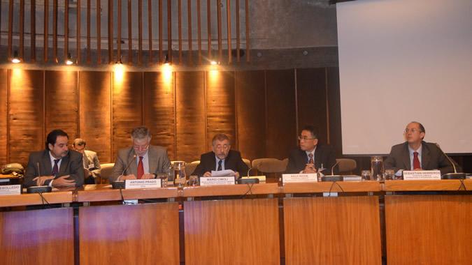 De izquierda a derecha, Andrés Rebolledo, Director General de Relaciones Económicas Internacionales de Chile; Antonio Prado, Secretario Ejecutivo Adjunto de la CEPAL; Mario Cimoli, Director de la División de Desarrollo Productivo y Empresarial y Oficial a cargo de la División de Comercio Internacional e Integración (DCII); Keiji Inoue, Director Adjunto de la DCII, y Sebastián Herreros, Oficial de Asuntos Económicos de la DCII. Foto: CEPAL.